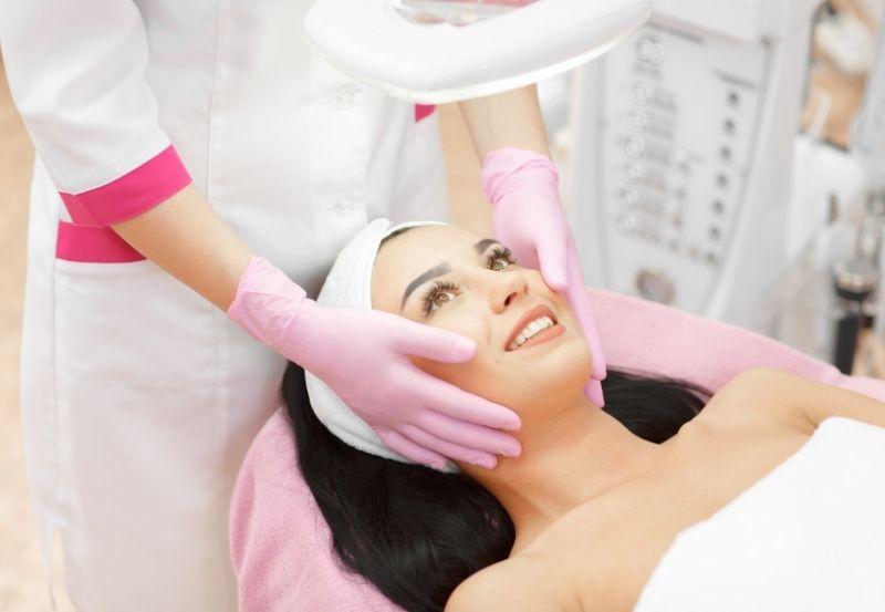 una donna dall'estetista per un trattamento di cura della pelle del viso